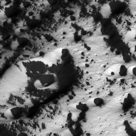 Zone de transition entre l'hémisphère sombre et l'hémisphère blanc observée à une distance de 5 260 kilomètres. Les pixels représentent des détails de 32 mètres Crédit : NASA/JPL/Space Science Institute