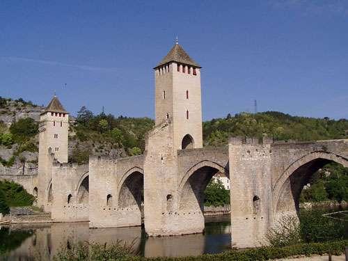À Cahors, le pont de Valentré, aussi appelé pont du Diable, enjambe le Lot. © Accrochoc, CC by-sa 3.0