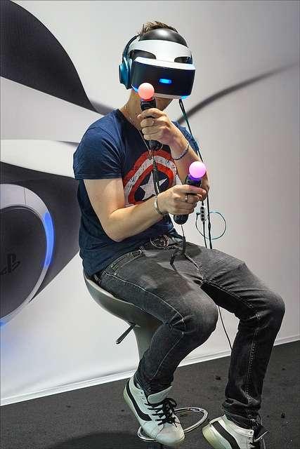 La réalité virtuelle n'est pas uniquement une expérience visuelle. Des effets sonores en 3D peuvent renforcer l'immersion du joueur dans le monde virtuel : par exemple, le bruit d'une explosion sur son côté droit sera diffusé plus fort dans son oreille droite qu'à sa gauche. © Jean-Pierre Dalbéra, Flickr