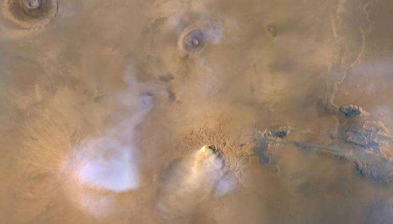 Le nuage blanchâtre au centre-bas de cette image — prise en novembre 2010 par MRO — correspond à une tour de poussière. Les volutes bleu-blanc sont des nuages de vapeur d'eau. © Nasa, JPL-Caltech, MSSS