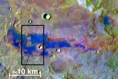 Sur cette image en fausses couleurs, les dépôts de sel apparaissent en bleu clair. Le rectangle noir délimité la partie détaillée dans les images suivantes. © Nasa/JPL/Arizona State University/University of Hawaii