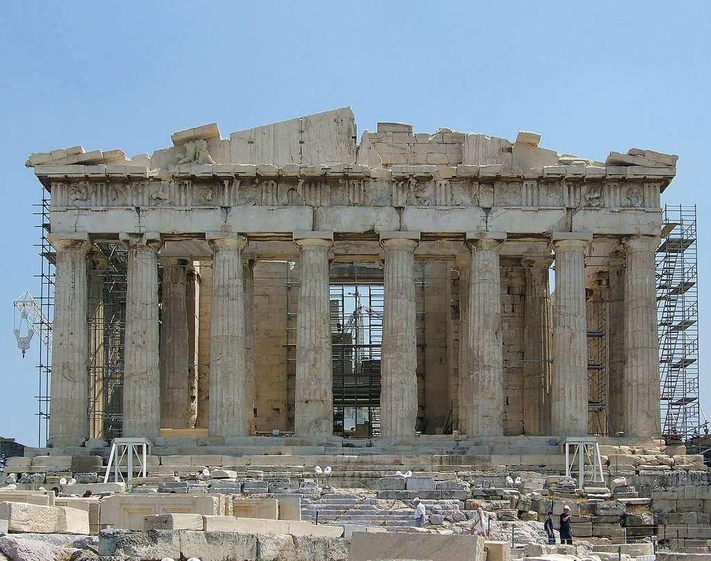 Façade occidentale du Parthénon pendant sa restauration, sur l'acropole d'Athènes. Monument très célèbre, il s'agit de l'un des symboles de la Grèce. © Guillaume Piolle, CC by-sa 3.0