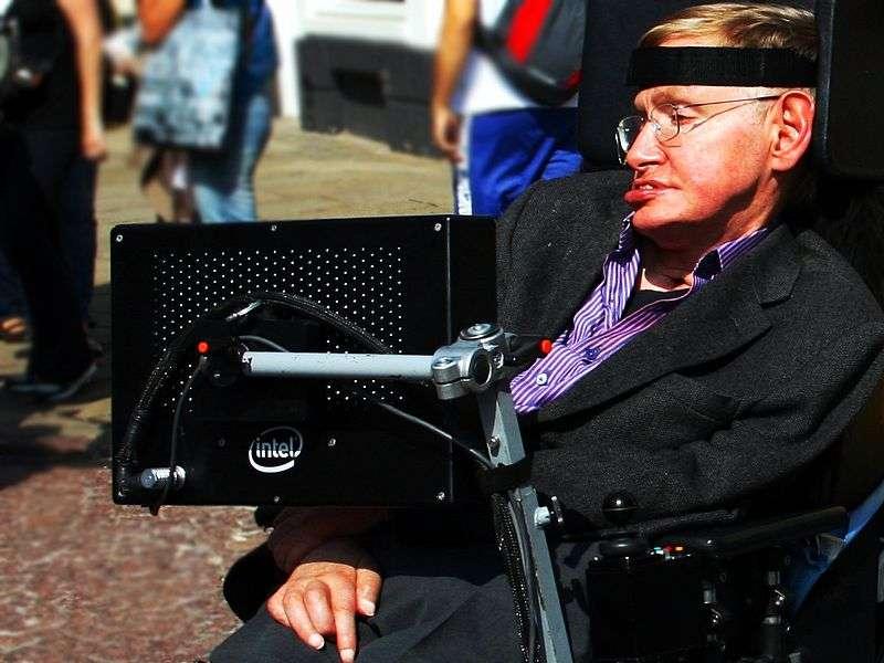 Stephen Hawking est un physicien célèbre pour ses recherches sur les trous noirs, mais aussi pour sa maladie le rendant incapable de parler. Il s'exprime malgré tout à l'aide d'une voix produite sur ordinateur, avec un timbre très robotique. © Doug Wheller, Wikipédia, cc by 2.0