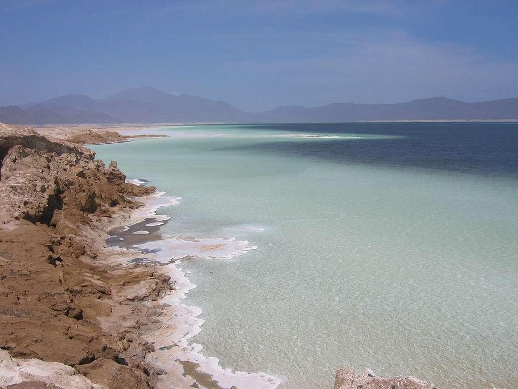 Le lac Assal, dans la dépression de l'Afar, est situé à 153 mètres sous le niveau de la mer, ce qui fait de lui le point le plus bas du continent africain. L'Afar est une région volcanique dans laquelle on trouve des chaînes volcaniques axiales de type océanique (au plan tectonique et magmatique). Il s'agit donc du fond d'un tout jeune océan accompagnant la formation de la mer Rouge. © Tyke, Wikipédia, GNU 1.2