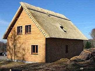 Parpaing de bois massif et toit de chaume pour cette maison corrèzienne en voie d'achèvement © Maleysson Création