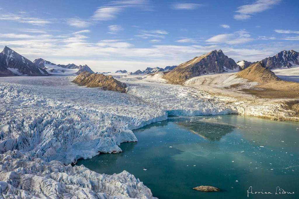 Vue aérienne du glacier Smeerenburgbreen tôt le matin. © Florian Ledoux, tous droits réservés