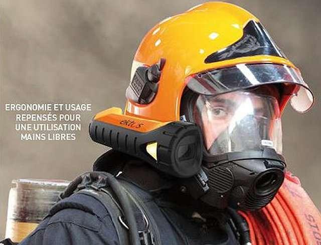 Les deux jeunes fondateurs de la société Ektos ont travaillé avec des pompiers pour mettre au point un système de réalité augmentée qui affiche des images sur la visière du casque respirateur. Celles-ci sont captées par une caméra sensible aux infrarouges et qui les retransmet au poste de commandement. © Ektos