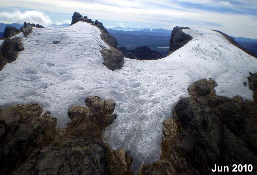 Les chercheurs de l'université de l'État de l'Ohio (États-Unis) se sont particulièrement intéressés à un glacier situé à l'ouest de la Nouvelle-Guinée. Ici, une photo prise en 2010 lors d'une campagne de mesures. © Lonnie Thompson, Université de l'État de l'Ohio