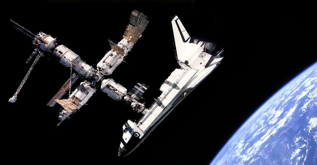 Vue du Space Shuttle Atlantis connecté à la station russe Mir. © NASA - Domaine public