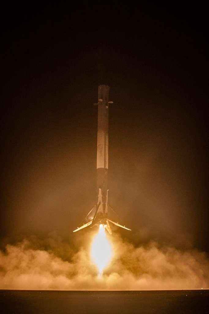 Décembre 2015. Premier retour au sol réussi de l'étage principal du Falcon 9 avec ses neufs moteurs (tout l'enjeu de la récupération), qui s'est posé en douceur à l'endroit attendu. © SpaceX