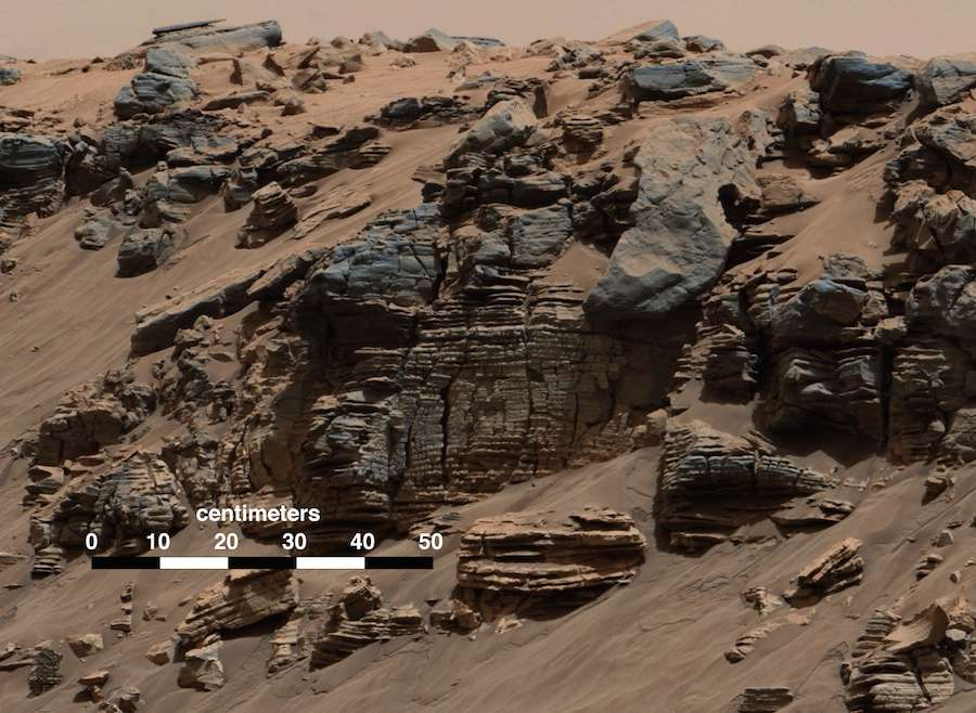 Au pied du mont Sharp (point culminant à 5,5 km), un magnifique exemple de dépôts sédimentaires d'un ancien lac photographié par la caméra du mât (MastCam) de Curiosity, lors de son 712e jour sur Mars (7 août 2014). © Nasa, JPL-Caltech, MSSS