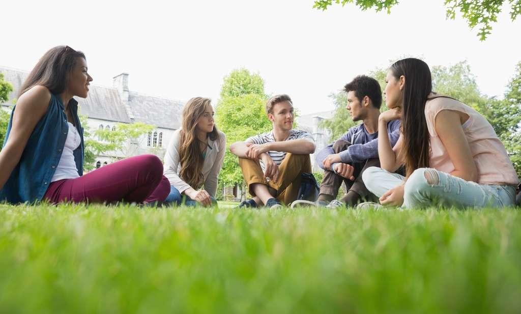 Être avec des amis à l'extérieur aide à rester actif mais la pandémie empêche ce type de comportement. © WaveBreakMediaMicro, Fotolia