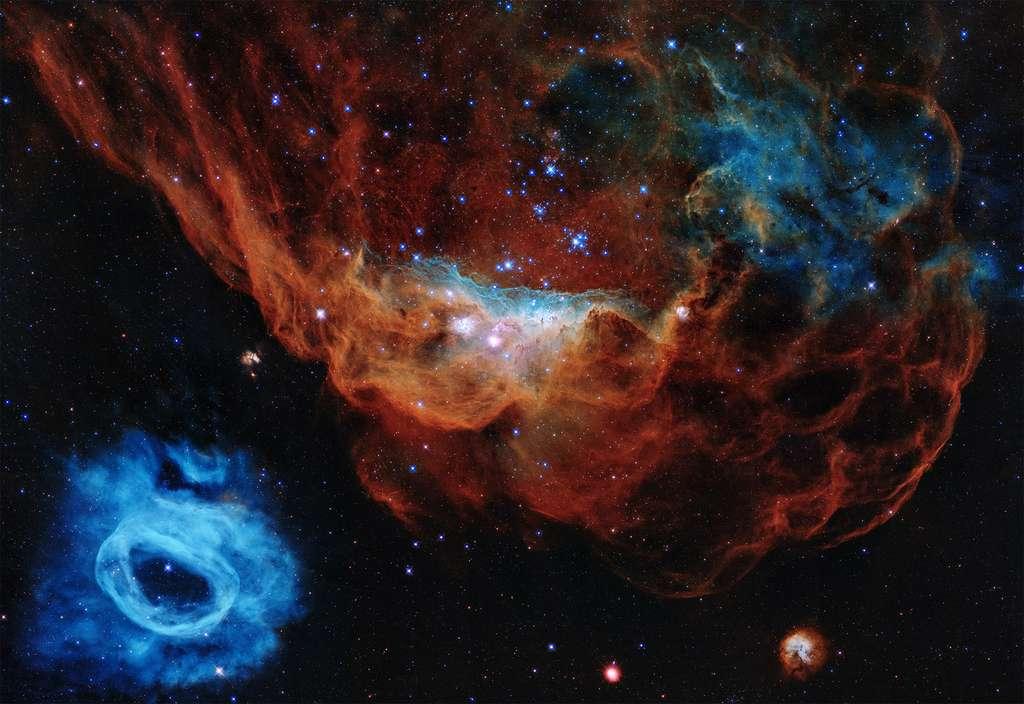 NGC 2014 et NGC 2020 qui forment une vaste région de formation d'étoiles, sont les deux objets choisis pour les 30 ans d'Hubble. Cliquez ici pour télécharger les versions HD de cette image. © Nasa, ESA, and STScI