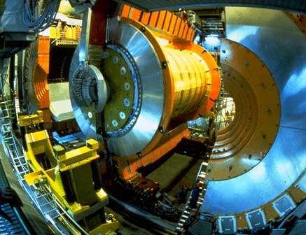 Fig. 9 : photo du détecteur OPAL en cours de montage : la partie centrale est séparée des deux demi coques du détecteur externe.
