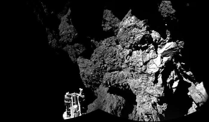 Paroi fissurée à laquelle Philae fait face, sur le site d'Abydos, depuis le 12 novembre 2014, après un atterrissage plein de rebondissements sur la comète Tchouri. On distingue l'un des trois pieds du robot au premier plan. © Esa, Rosetta, Phila, Civa