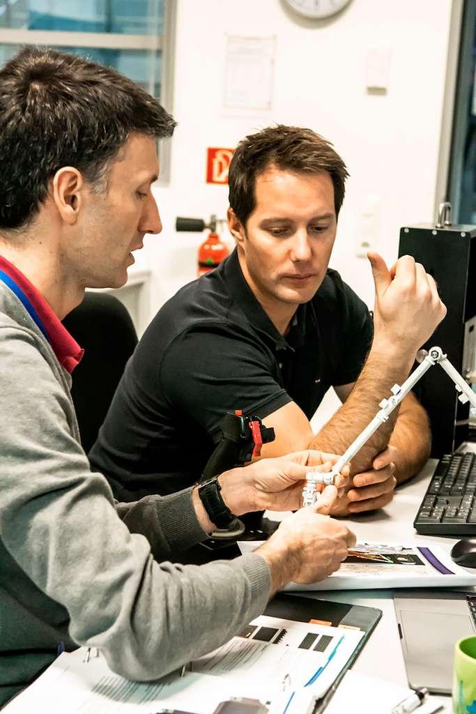 Thomas se familiarise avec l'opération du Canadarm2 avec Lionel Ferra, entraîneur d'astronautes de l'ESA, à l'EAC, avant l'application des mesures sanitaires liées à l'épidémie de Covid-19. © SA-D.Ham