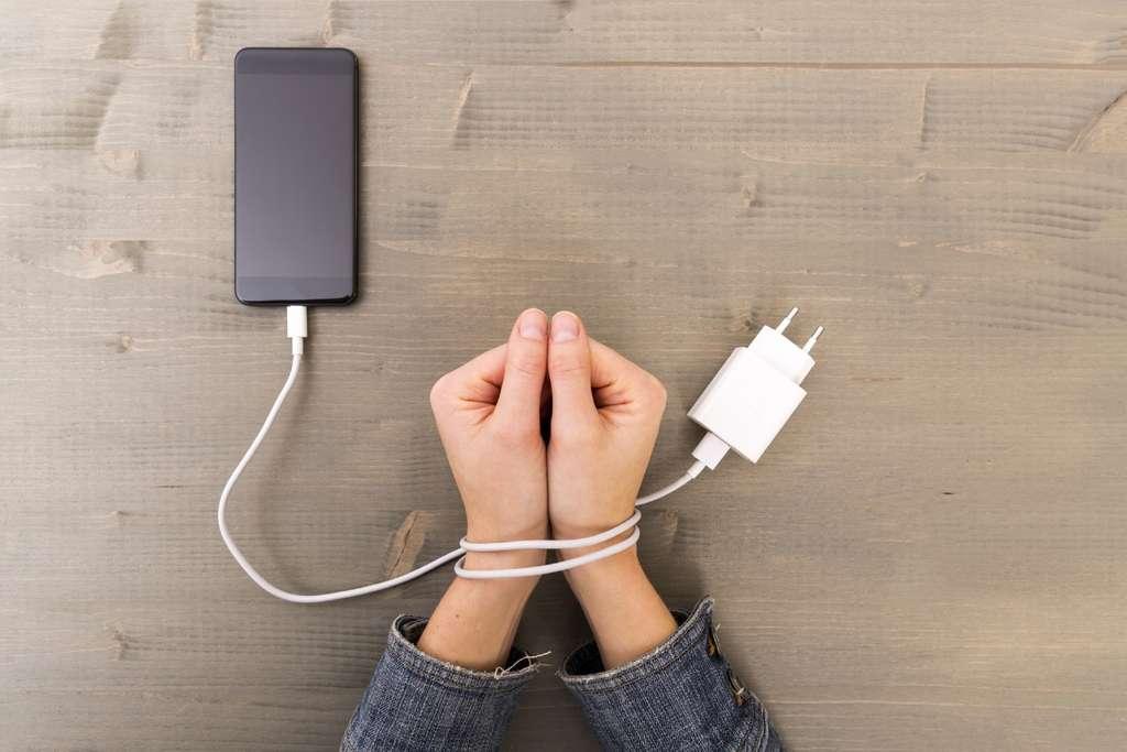 Une dépendance excessive à son smartphone pourrait conduire à des comportements dangereux et engendrer des risques pour la santé. © Artursfoto, Getty Images