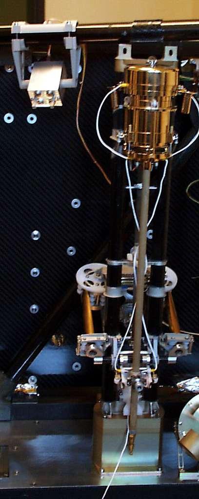 L'instrument Mupus. Au bout d'un bras mobile, il est approché de la surface. La partie dorée, en haut, contient le marteau qui enfonce l'extrémité inférieure dans le sol. La petite boîte métallique, en haut à gauche, est le détecteur infrarouge (travaillant en quatre longueurs d'onde) qui peut mesurer la température de la surface sur environ 1 m2, ce qui pemettra de déterminer l'énergie radiée par la comète. © DLR
