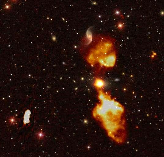 Le rayonnement radio émis par le trou noir central d'une galaxie détecté par LOFAR (en jaune brillant), calqué sur une image de la galaxie en lumière visible tirée du Sloan Digital Sky Survey. © Cyril Tasse, Observatoire de Paris - PSL et l'équipe Survey LOFAR