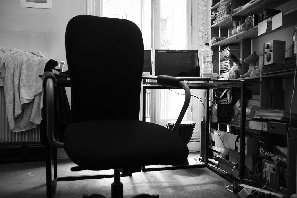 Il faut savoir se lever de sa chaise pour préserver sa santé physique et mentale. Cette étude a montré qu'en moyenne, les employés passaient plus de 12 heures par jour en position de repos entre le travail et la nuit de sommeil. Il faut ajouter à cela le temps de repas et les moments passés devant la télévision... © Tolexine, Flick, cc by nc nd 2.0