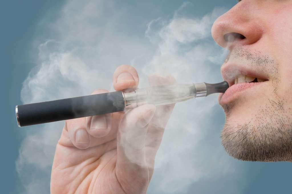 La cigarette électronique, une potentielle solution pour arrêter le tabac traditionnel ? © vchalup, Adobe Stock