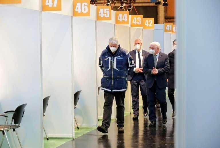 Le président allemand Frank-Walter Steinmeier (à droite) et Albrecht Broemme (à gauche), chargé de superviser les centres de vaccination de la capitale allemande, visitent l'un d'entre eux, le 21 décembre 2020 à Berlin. © Hannibal Hanschke, Pool, AFP, Archives