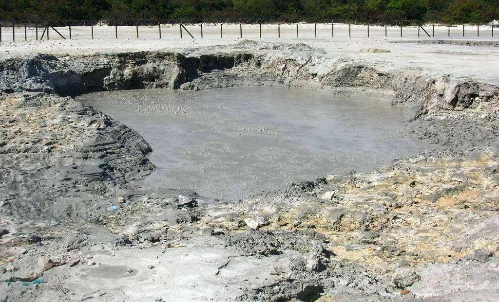 La « Fangaia » est un lac de boue bouillonnante situé au fond du cratère de la célèbre Solfatare de Pouzzoles. La boue est constituée par des eaux d'origine pluviale et par l'eau de condensation des vapeurs, qui se mélangent avec un matériel de type argileux. On distingue parfois en surface des stries sombres qui sont des colonies de micro-organismes rares, acidothermophiles, nommés Sulfolobus solfataricus. Ces bactéries se développent de façon optimale à des températures d'environ 80 °C et dans un milieu acide de pH 2 à 3. © Mentnafunangann-Wikipedia