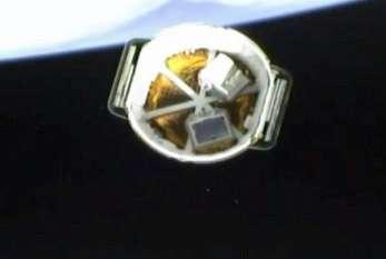 L'arrière de la capsule Dragon vu depuis son lanceur, après la séparation. On aperçoit les deux charges utiles présentes dans le compartiment ouvert de Dragon. © SpaceX