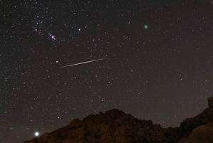 La poussière interplanétaire ne se résume pas à la lumière zodiacale. Les étoiles filantes (on parle de météores) en sont une autre manifestation. Crédit W. Pacholka