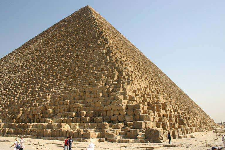 La pyramide de Khéops est la plus grande et la plus ancienne des trois pyramides de pharaons sur le site de Gizeh. © Alex lbh, GNU 1.2