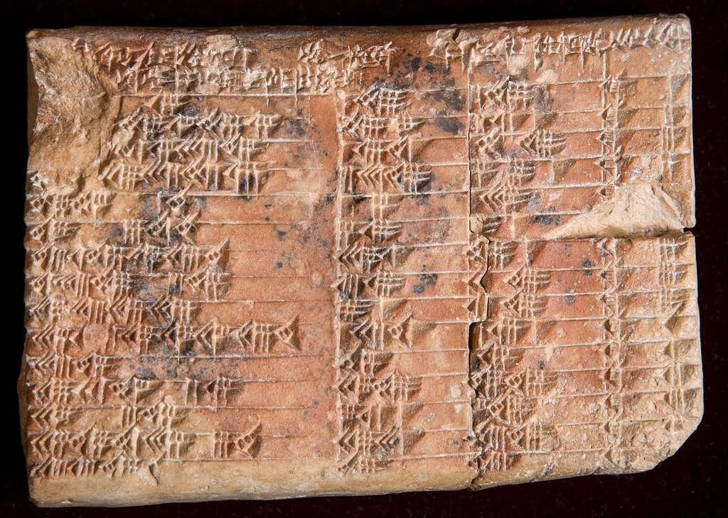 Sur la tablette qui fait le buzz, un tableau de 4 colonnes et 15 lignes en écriture cunéiforme. © Daniel Mansfield, université de Nouvelle-Galles du Sud