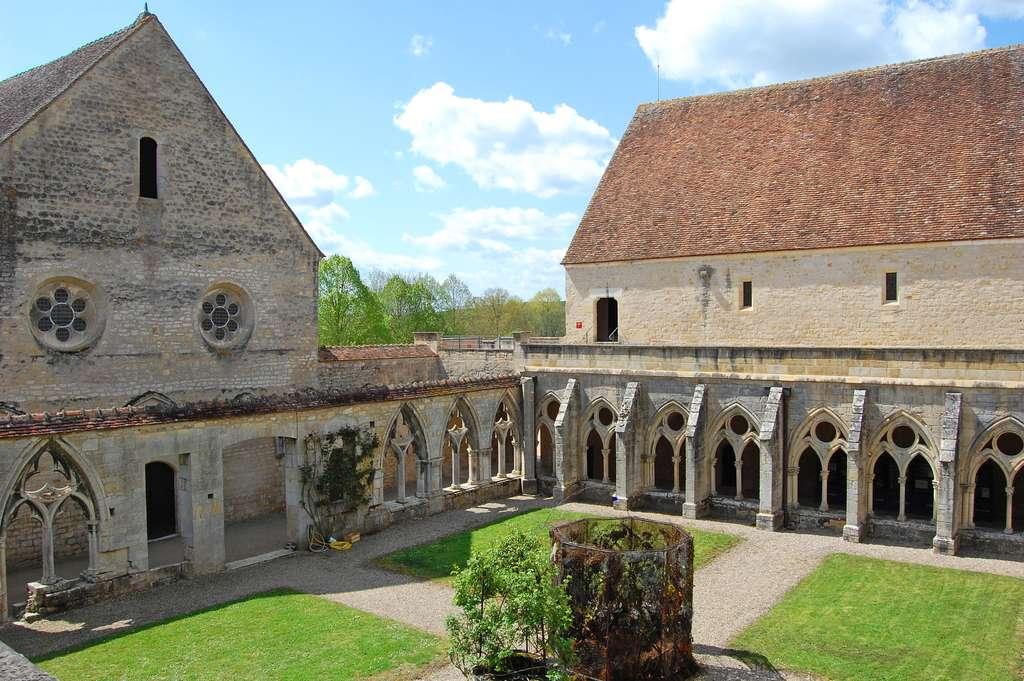 Vue du cloître de l'abbaye de Noirlac. © Goldmund, Wikimedia Commons, cc by sa 3.0
