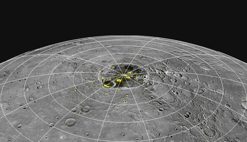 Sur cette photo d'un pôle de Mercure, on a représenté en jaune les zones où le radiotélescope d'Arecibo avait détecté des signatures de la présence de glace. La sonde Messenger en a apporté de nouvelles preuves. © Nasa, Johns Hopkins University Applied Physics Laboratory, Carnegie Institution of Washington