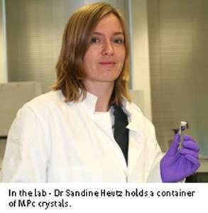 Sandrine Heutz montre un boîtier contenant des cristaux de MPc. Crédit : Imperial college