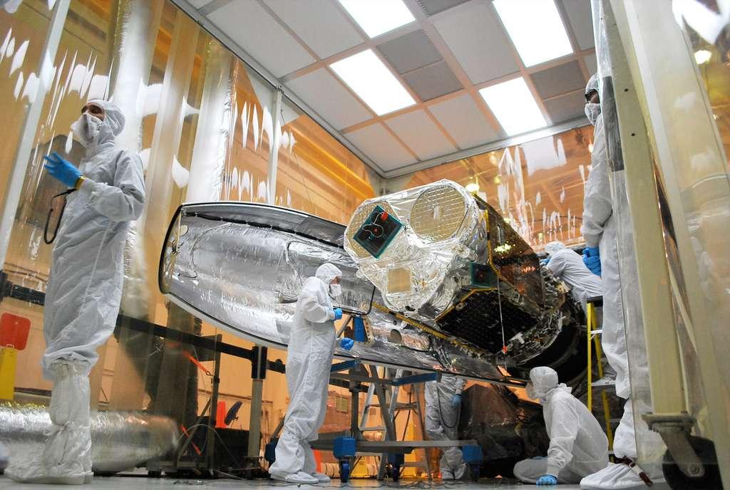 Nustar installé dans la fusée aéroportée Pegasus XL. Ce satellite doit étudier en priorité les trous noirs (ce qu'il fera mieux que n'importe quel autre instrument), les explosions de supernovae, les jets relativistes des galaxies les plus actives ou encore recenser les sources d'énergies les plus puissantes de la Voie lactée. © Nasa