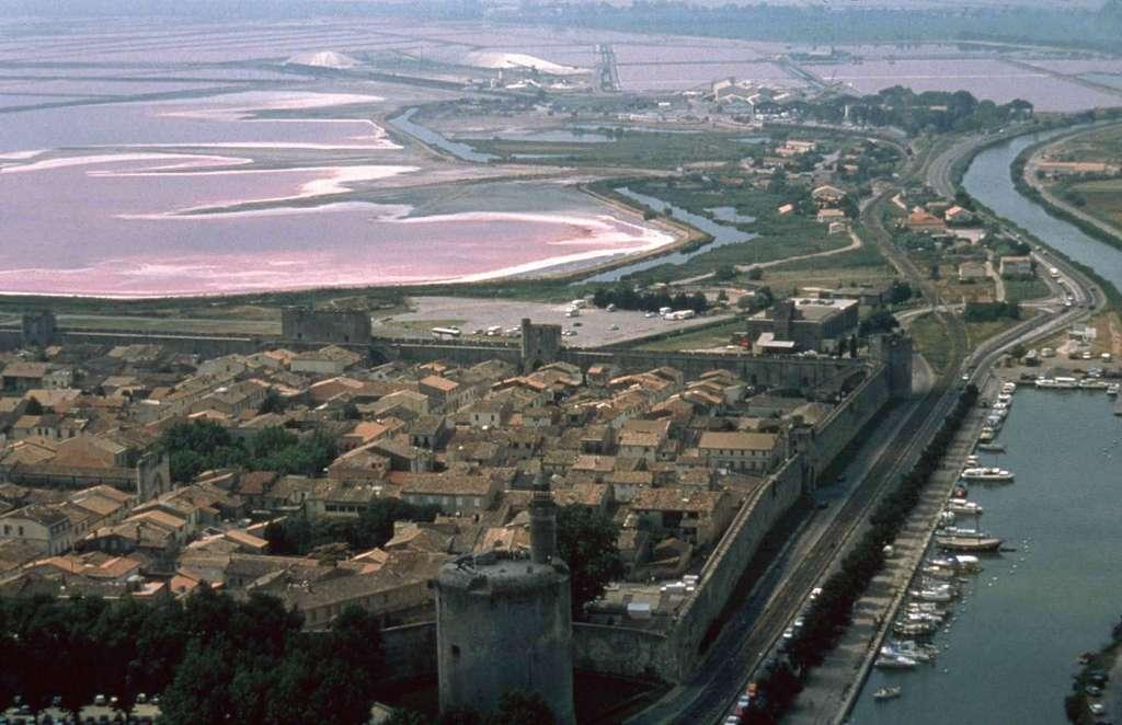 Remparts et Salins d'Aigues-Morte (Gard) ; marais salants en activité depuis l'Antiquité. © G. Rey, G. Santantonio, Salins