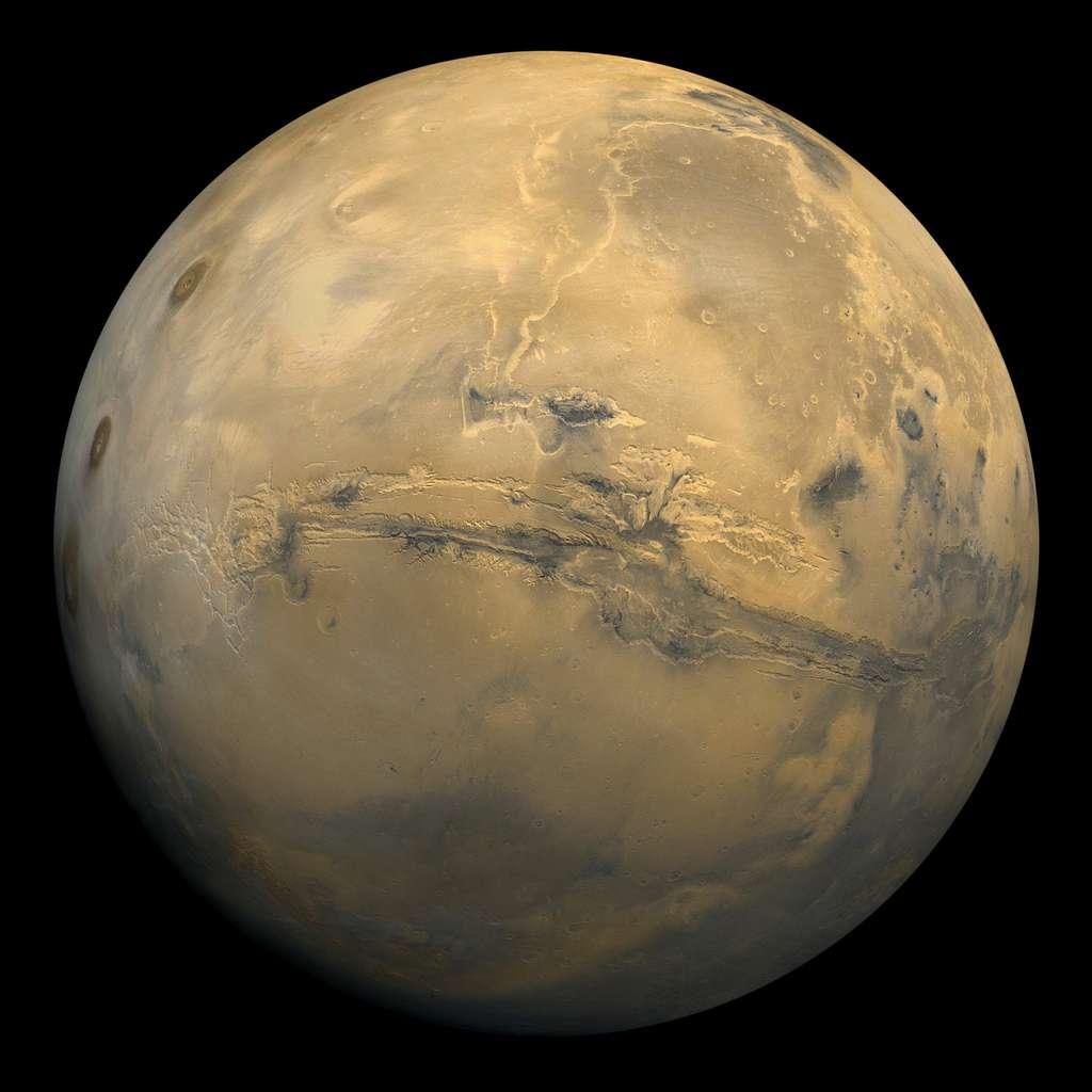 Valles Marineris avec, au sud, le bloc formé par les plateaux de Syria, Solis et Thaumasia et, à l'ouest, les trois volcans de Tharsis Montes. Ce canyon fait presque 4.000 km de long. Il pourrait trahir l'existence d'une tectonique des plaques sur la Planète rouge. © Nasa, Wikipédia