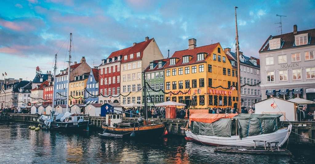 L'oxyde d'hafnium (HfO2) est le plus stable composé de hafnium, un métal de transition gris argenté. Son nom vient de Kobenhavn (Copenhague), la ville danoise, ici en photo, dans laquelle il a été découvert. © Nick Karvounis, Unsplash
