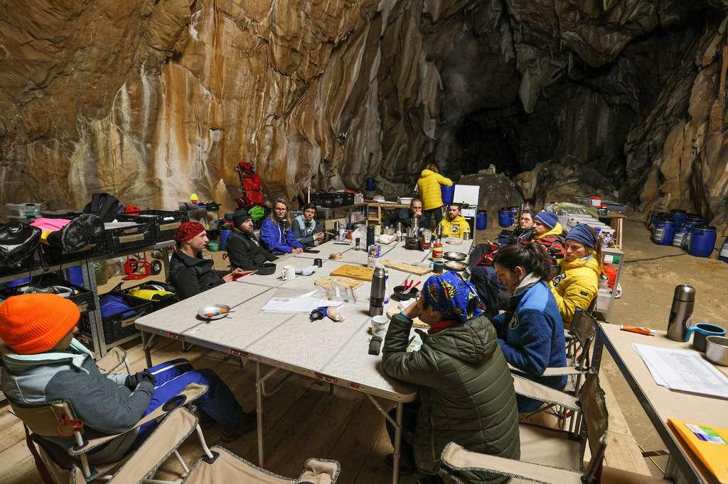 Une partie des « deeptimers » réunis sur le camp de vie, dans la grotte de Lombrives (Ariège). © Human Adaptation Institute