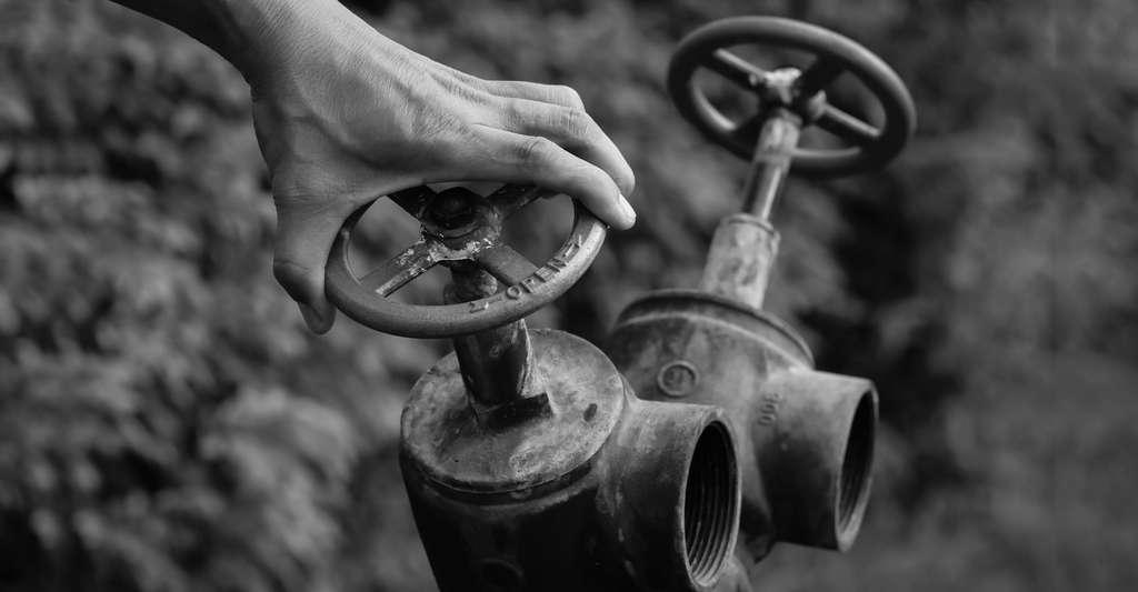 Tuyaux et robinets anciens en plomb. © Wisawa222 - Fotolia