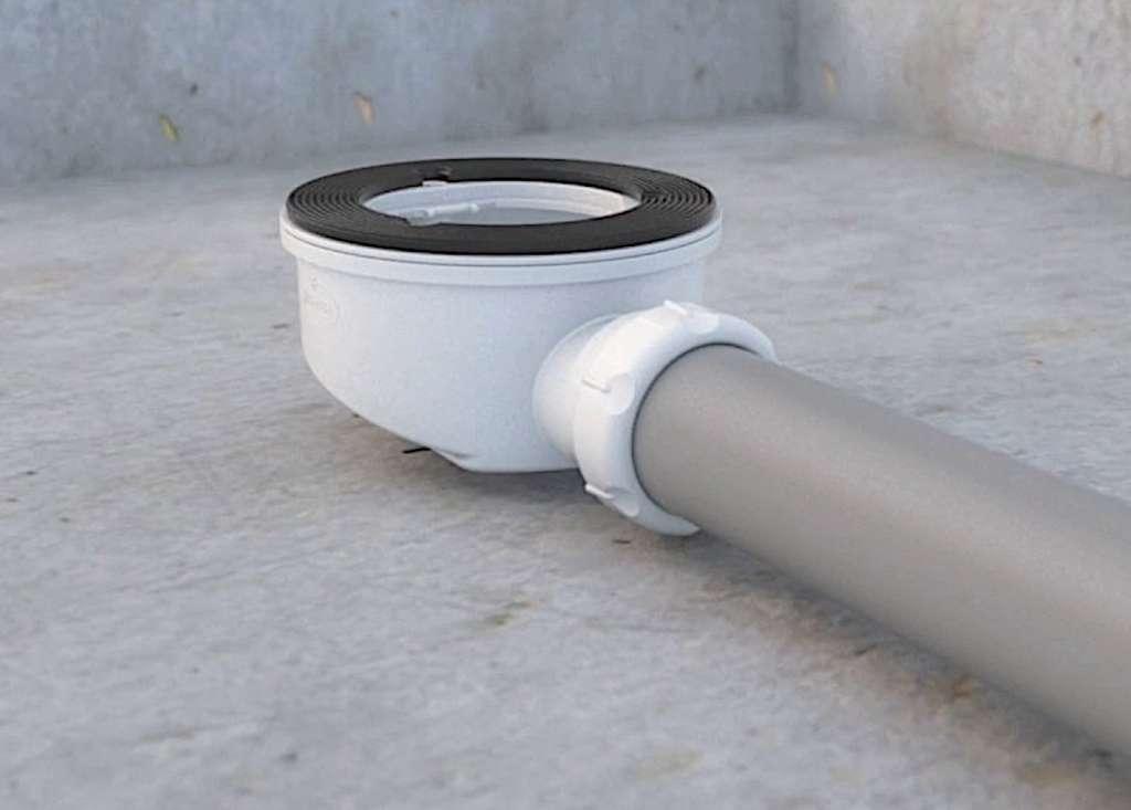 La hauteur de la bonde à sortie horizontale doit prendre en compte la pente d'écoulement à respecter : 1 à 3 cm/m, selon la longueur du tube d'évacuation. © Girpi