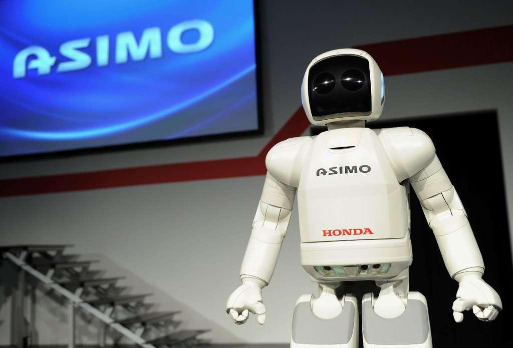 Le robot Asimo est un humanoïde très célèbre qui, à terme, pourrait aider les gens. Mais sa démarche est encore incertaine et il faudra encore l'équiper des nouvelles jambes biomécaniques pour qu'il ressemble davantage aux êtres humains. © Honda News, Fotopédia, cc by nc nd 2.0