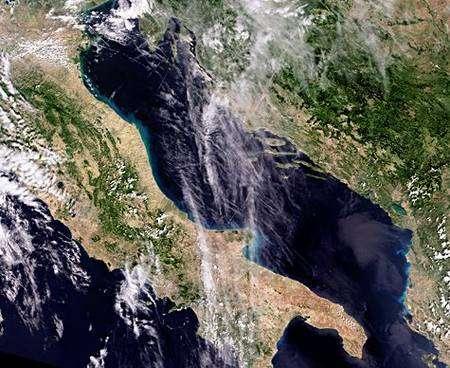 Cette image a été prise le 1er septembre 2008 par la caméra Meris (Medium Resolution Imaging Spectrometer) d'Envisat, en mode pleine résolution, qui permet de distinguer des détails de 300 mètres au niveau du sol. Crédit Esa