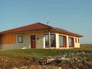 En Lorraine, la maison en paille d'Isabelle et d'Hubert. Surface habitable 130 m2, prix global aménagée 90.000 €, dont 15.000 € de terrain. Qui dit mieux ? © blog.ifrance.com