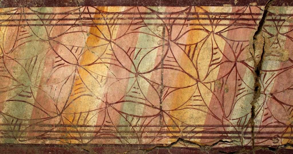 Un décor coloré qui ornait un mur de l'alcôve, là où se trouvait le lit de la chambre à coucher. © J. Boislève, musée départemental Arles Antique