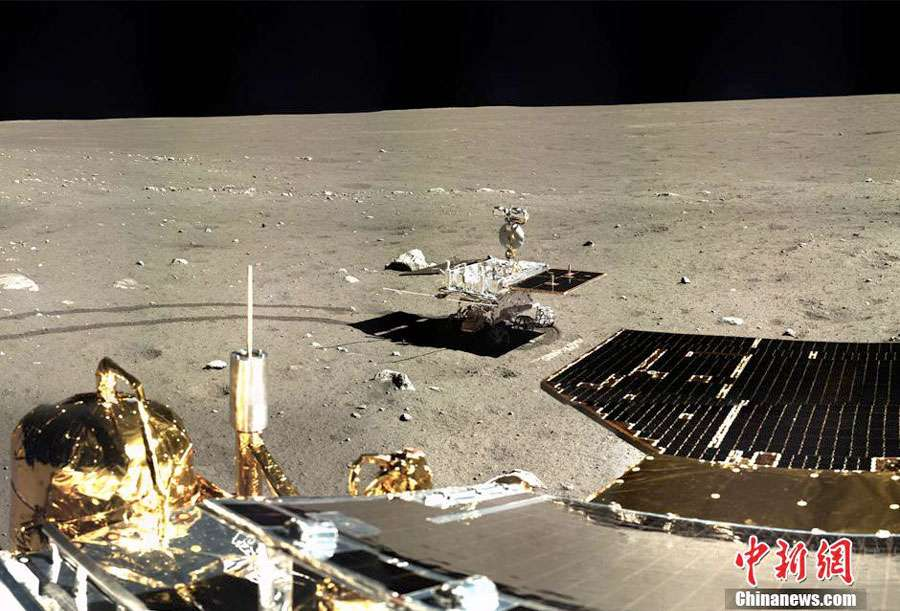 Le rover Yutu de Chang'e 3 et le module d'atterrissage qui préfigurent la future mission de retour d'échantillons de 2017. Chang'e 4, en 2015, devrait démontrer de nouvelle capacité dans l'optique de ce retour d'échantillons. © CNSA