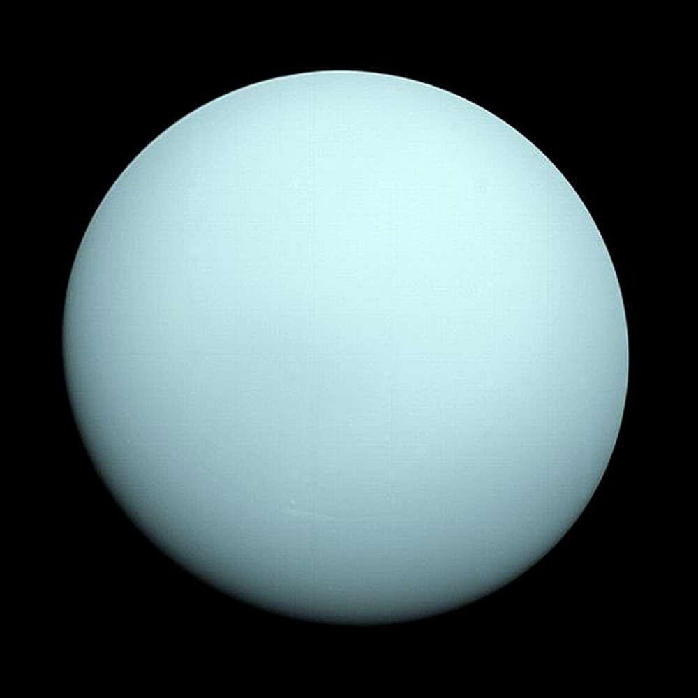 Lorsque la sonde Voyager 2 a survolé Uranus en 1986, elle a obtenu des images d'une boule bleue très calme, loin de la réalité. © Nasa
