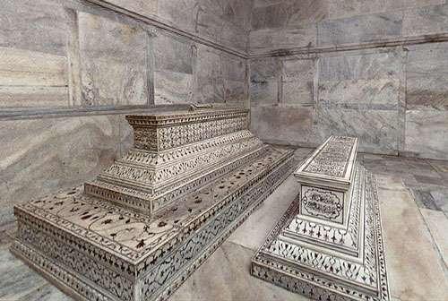 Tombes de Shâh Jahân et Mumtaz Mahal au cœur du Taj Mahal, chef-d'œuvre universellement admiré du patrimoine mondial. © Donelson, GNU 1.2