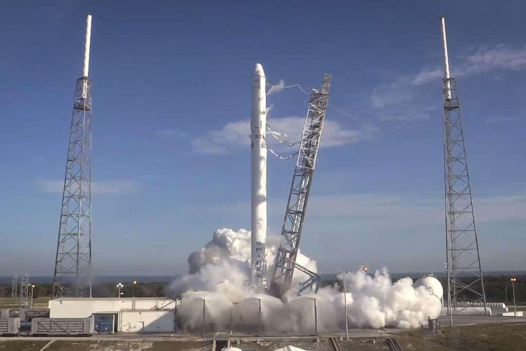 Essai statique des moteurs du premier étage du Falcon-9. © SpaceX