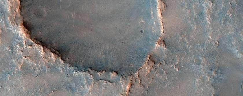 En image, la plaine Northeast Syrtis Major photographiée par HiRise de la sonde Mars Reconnaissance Orbiter. Pour les auteurs de l'étude citée, c'est un site où des traces d'une vie souterraine passée pourraient être découvertes. © Nasa, MRO HiRise